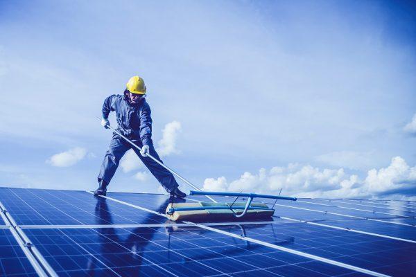 päikesepaneelide puhastamine ja päikeseparkide hooldamine Lõuna-Eestis